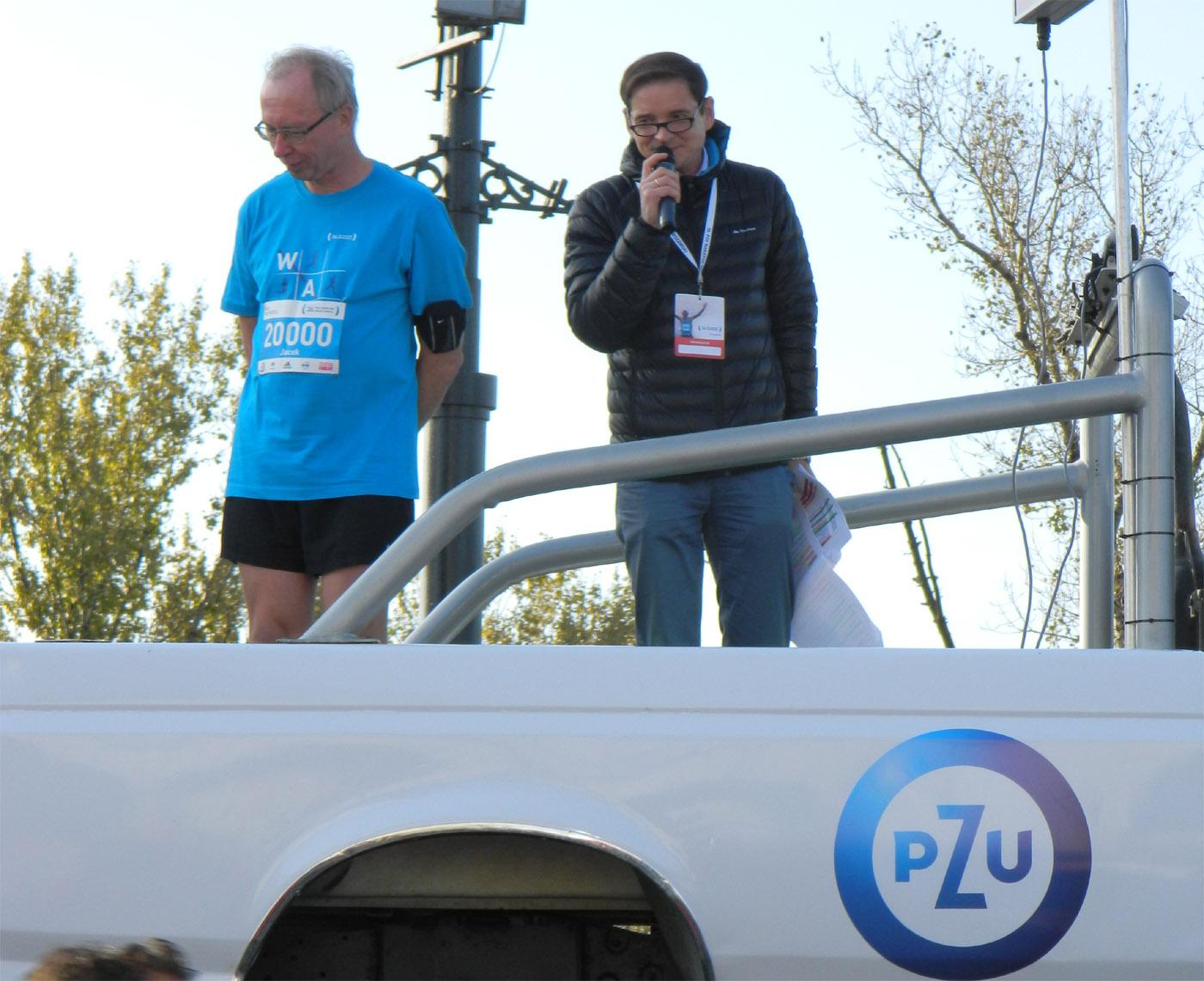 Przemysław Babiarz jako konferansjer na starcie maratonu.
